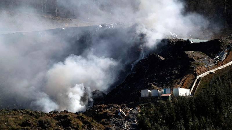 """Los vecinos afectados por el derrumbe del vertedero de Zaldívar: """"Nos pican la garganta y los ojos"""""""