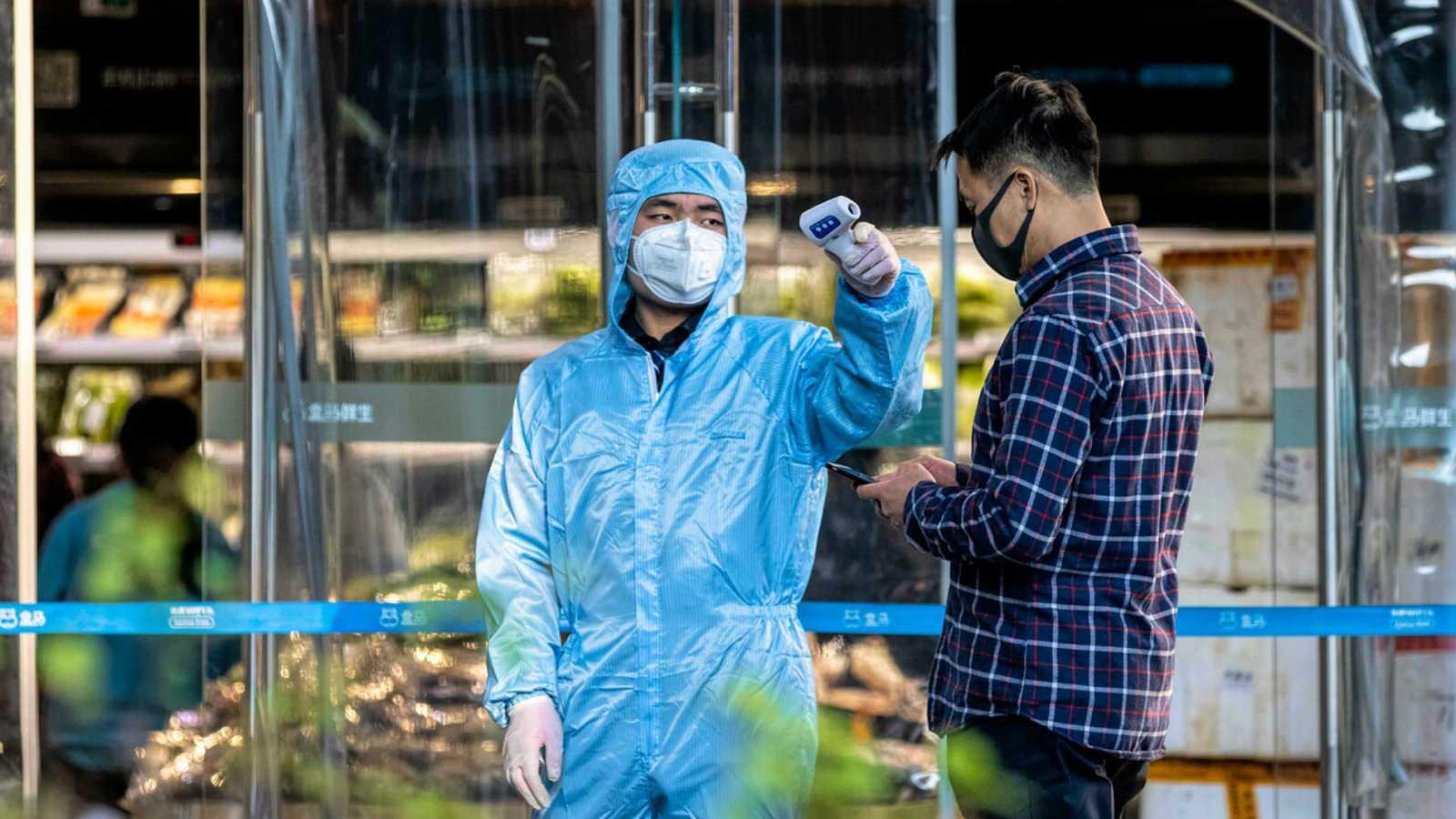 China amplía las restricciones para intentar controlar el brote de coronavirus