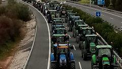 Los agricultores cortan carreteras en Extremadura