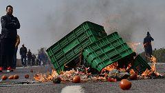 Los agricultores cortan la A7 y queman hortalizas en una nueva jornada de protestas en Almería