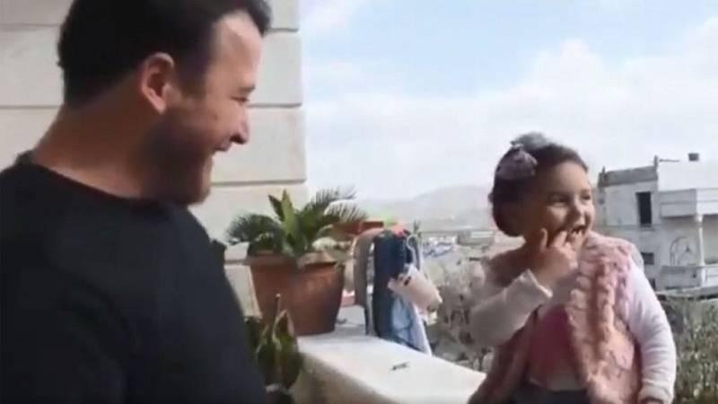 Un hombre enseña a su hija de tres años a reírse con cada bomba en Siria