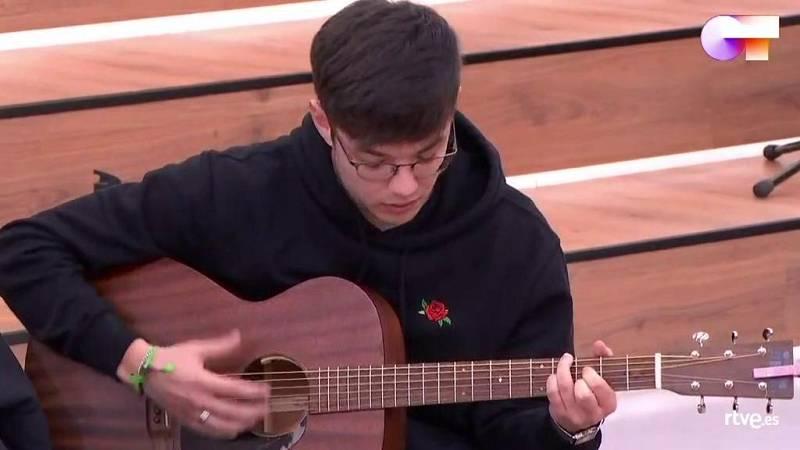 Flavio canta una canción suya en la clase de Mala Rodríguez en la Academia de Operación Triunfo
