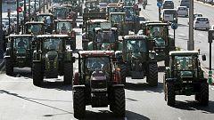 Los trabajadores del campo sacan sus tractores en Granada, Pamplona y A Coruña por el futuro del sector