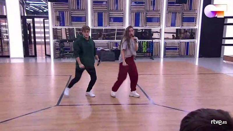 """Gèrard y Eva cantan """"The Locomotion"""", de Little Eva, en el primer pase de micros de la Gala 6 de Operación Triunfo 2020"""