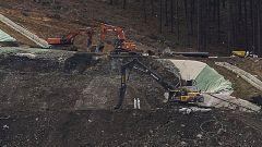 Dos excavadoras buscan a los dos sepultados en el derrumbe