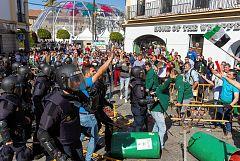 Tensión entre los agricultores y los antidisturbios durante las protestas en Mérida