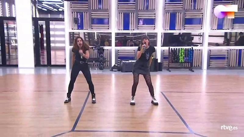 """Maialen y Anajú cantan """"Con altura"""", de Rosalía (en la versión de Ginebras), en el segundo pase de micros de la Gala 6 de Operación Triunfo 2020"""