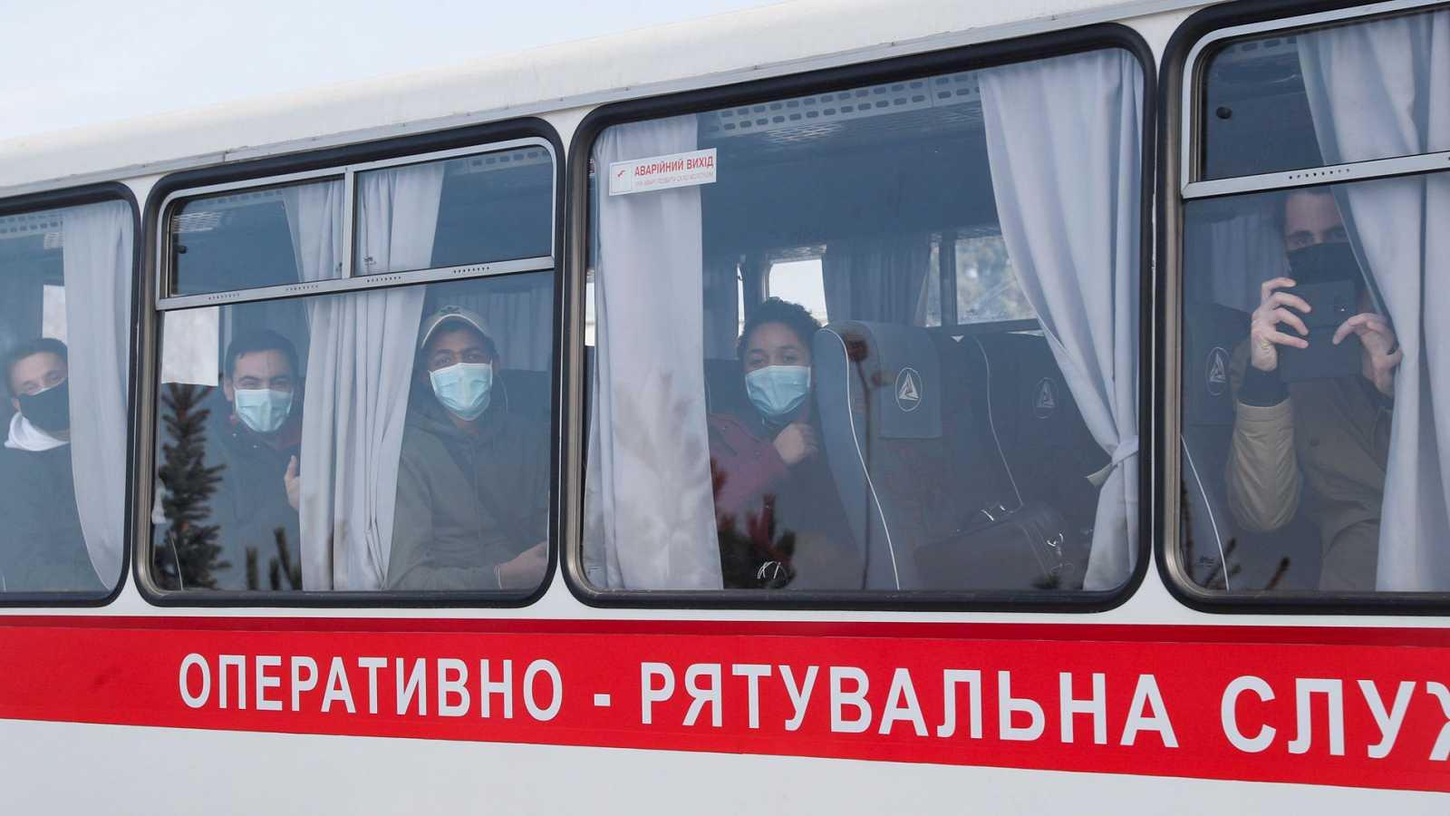 72 evacuados de Wuhan llegan a Ucrania, donde son recibidos a pedradas por los habitantes del pueblo donde pasarán la cuarentena