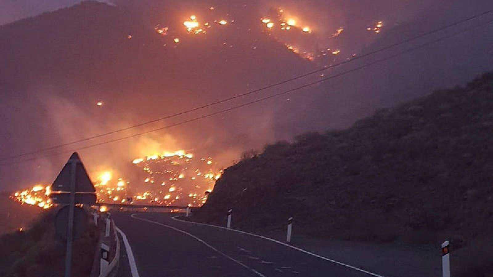 Un incendio en la localidad grancanaria de Tasarte obliga a desalojar un barrio y quema varias casas