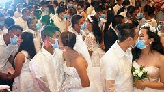 Mascarillas en una boda masiva en Filipinas por temor al coronavirus