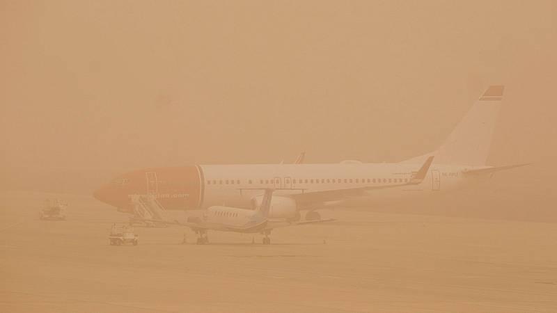 Aena comienza a operar con restricciones en los aeropuertos  de Canarias afectados por la calima y el viento