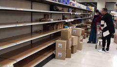Calles vacías y supermercados bajo mínimos en las localidades italianas aisladas por el coronavirus
