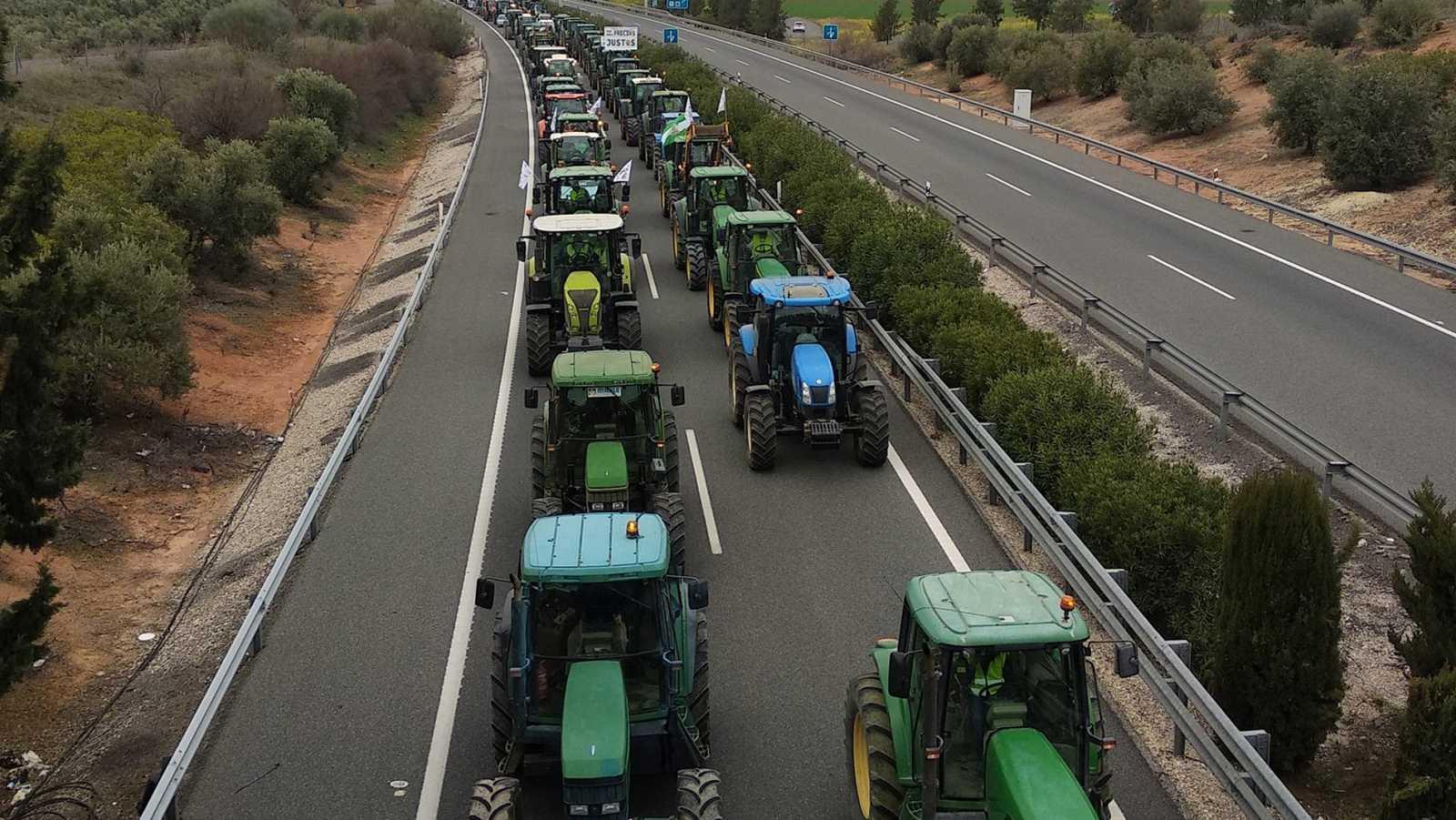 Los agricultores vuelven a cortar autovías en Andalucía