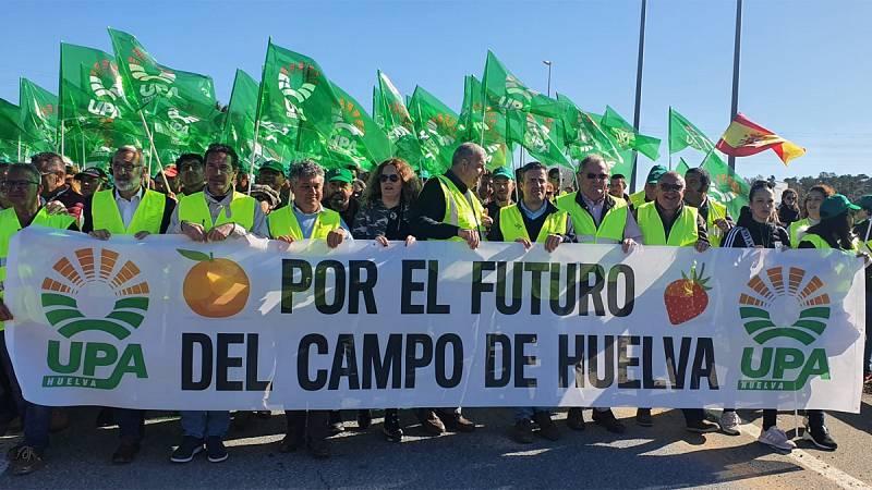 Los agricultores cortan la A-49 en la frontera con Portugal