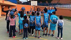 Las jugadoras de Estudiantes llevan la pasión por el baloncesto a niños en riesgo de exclusión