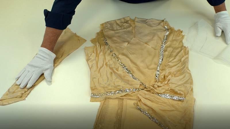 Vestido de Balenciaga en proceso de restauración