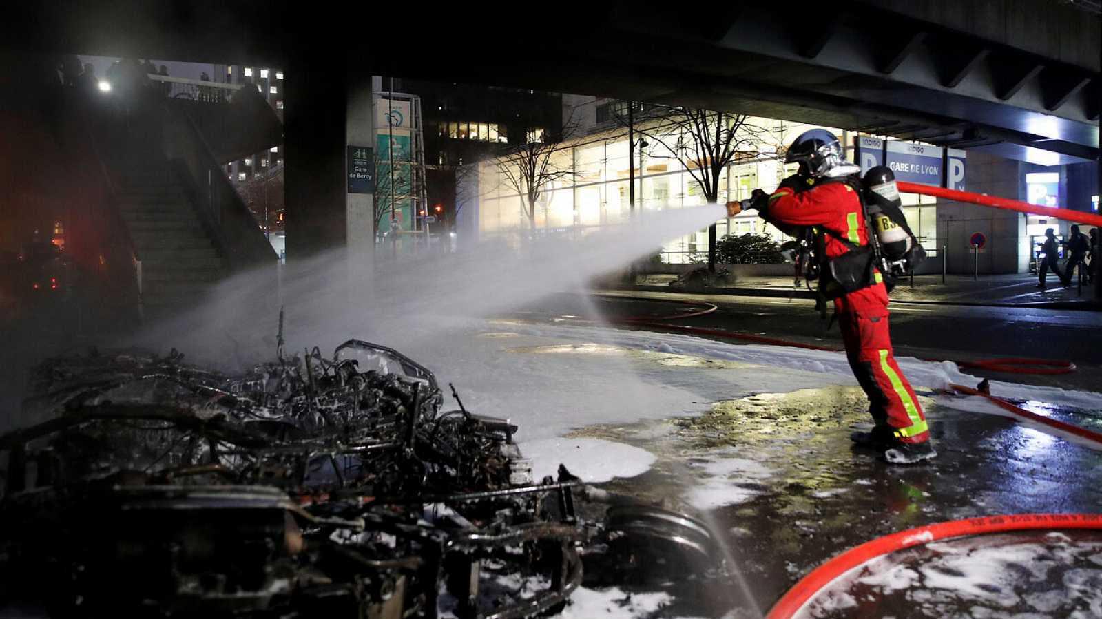 El incendio provocado en París por un grupo de manifestantes ha sido sofocado y hay al menos 23 detenidos