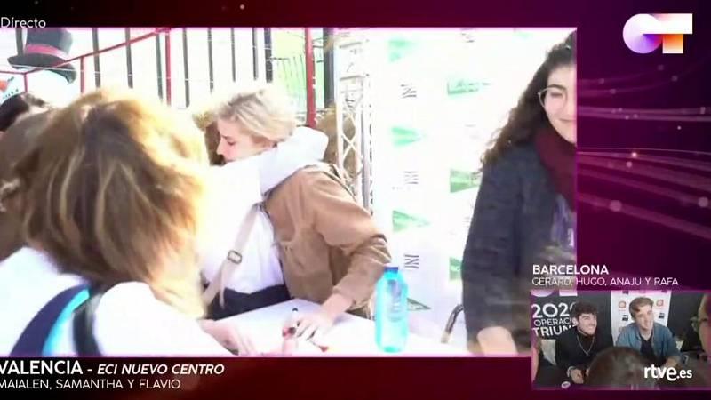 Samantha con su madre en las firmas de Valencia