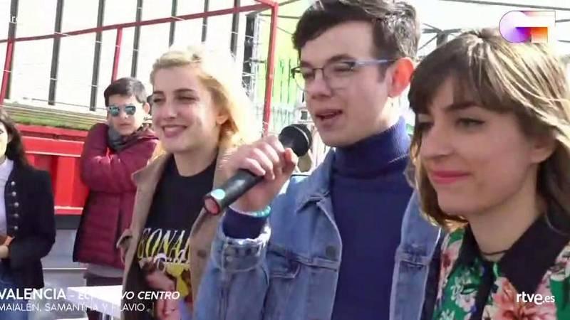 """Flavio, Samantha y Maialen cantan """"Díselo a la vida"""" a capella en las firmas de Valencia."""