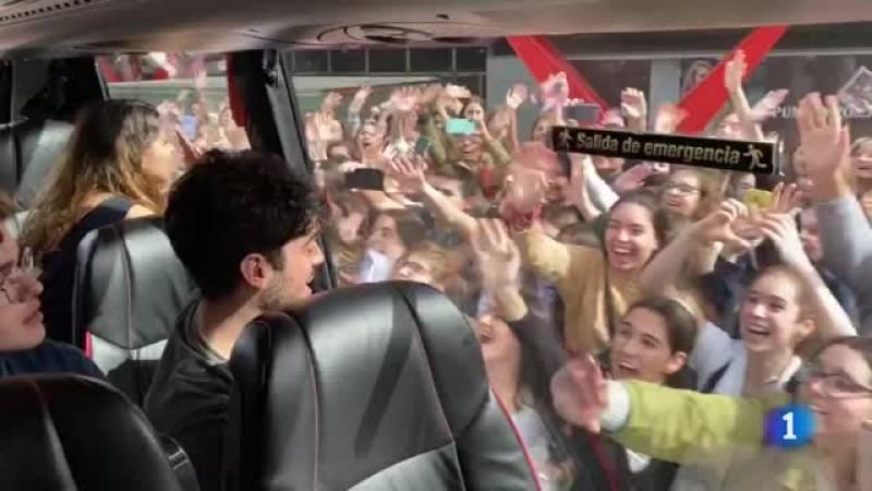 Golpes de los fans en el cristal del autocar que lleva aAnajú, Gèrard, Hugo y Rafa de vuelta a la Academia tras las firmas en Barcelona.