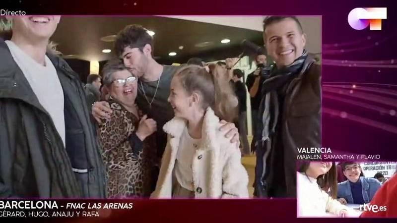 Los chicos se reencuentran con sus familiares tras la firma de discos de Barcelona
