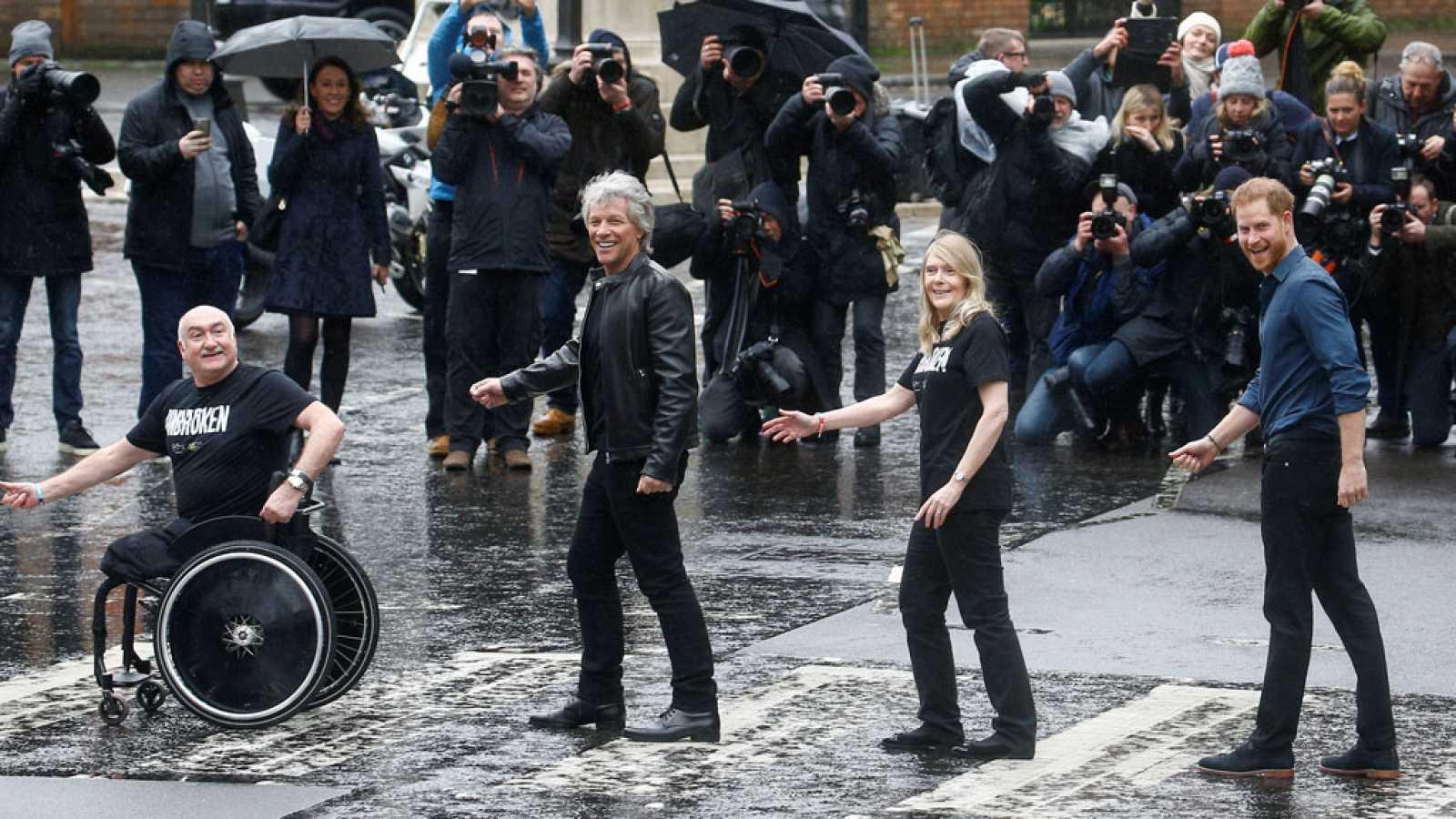 El príncipe Harry reproduce junto a Bon Jovi la portada de 'Abbey ...