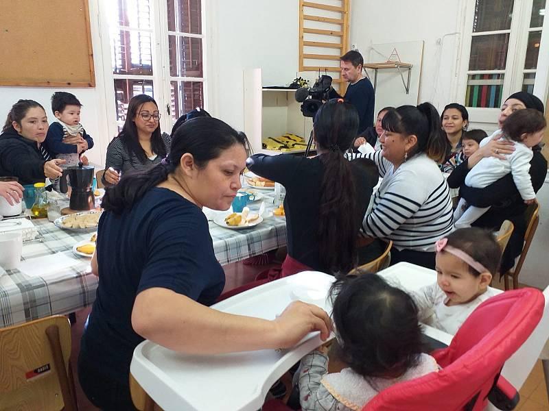 Atención a madres jóvenes con bebés y sin recursos