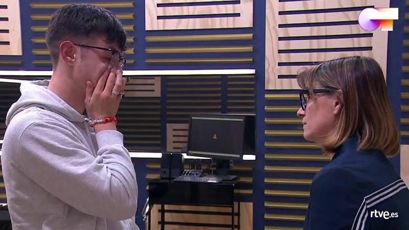 Noemí consuela a Flavio tras el primer pase de micros de la Gala 8 de Operación Triunfo 2020