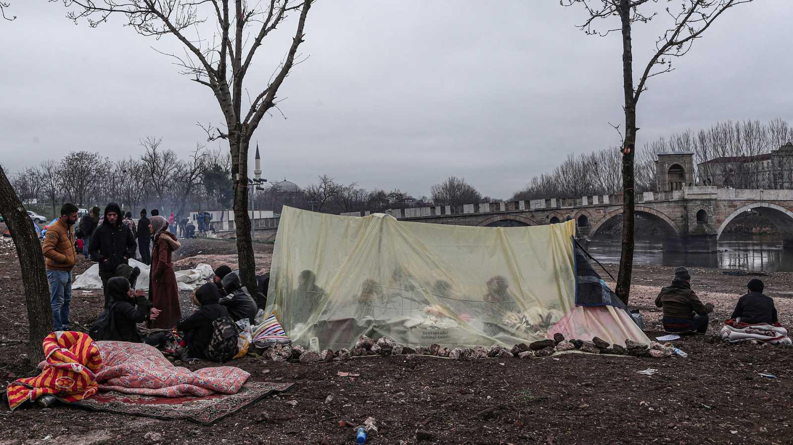 La policía turca devuelve a los campamentos a migrantes y refugiados que tratan de cruzar la frontera con Grecia