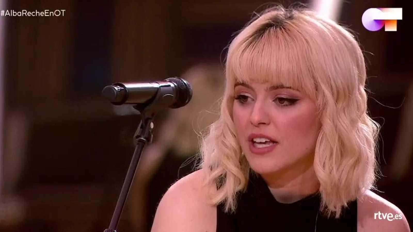 Alba Reche da un concierto en la Academia de OT 2020