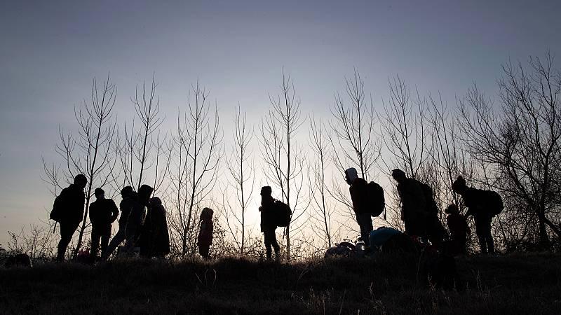 La policía griega intenta impedir la entrada de miles de inmigrantes desde Turquía