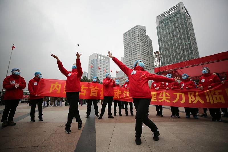 Bajan los contagios de coronavirus en China, pero mantienen las restricciones