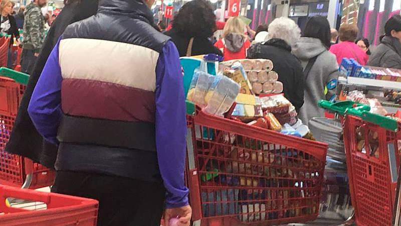 Carros llenos y estanterías medio vacías a primera hora de la mañana en supermercados de Madrid