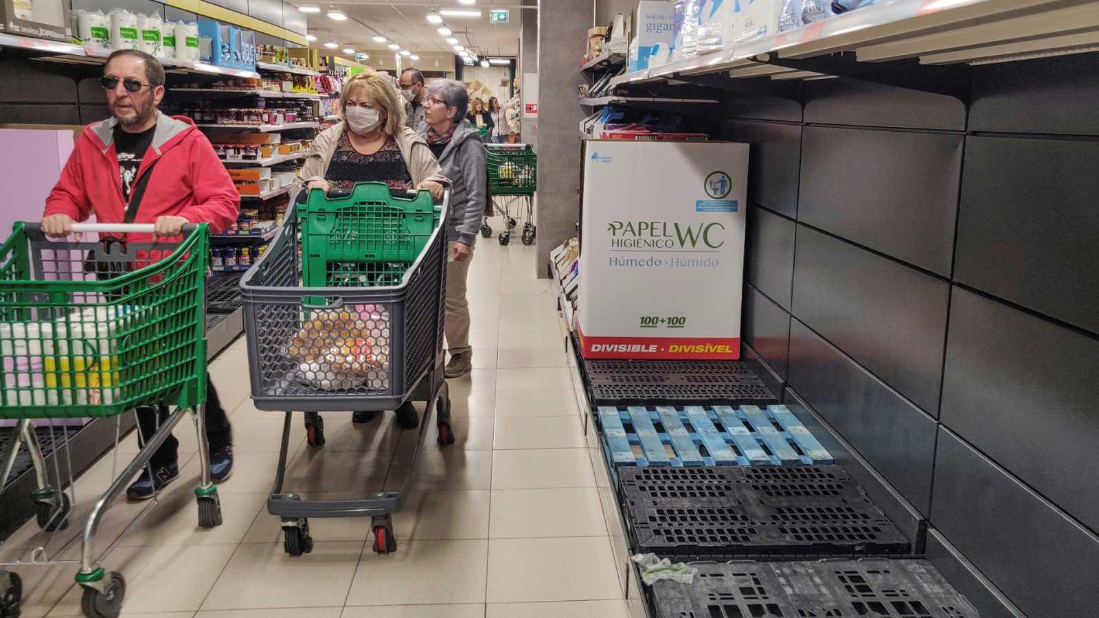Vídeo: Supermercados abarrotados en Madrid y Vitoria por las medidas frente al coronavirus