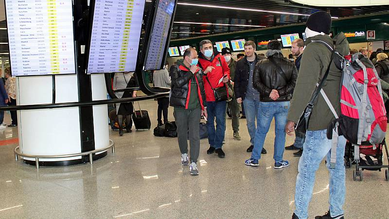 Turistas españoles reclaman una solución para regresar a España tras la prohibición de vuelos desde Italia