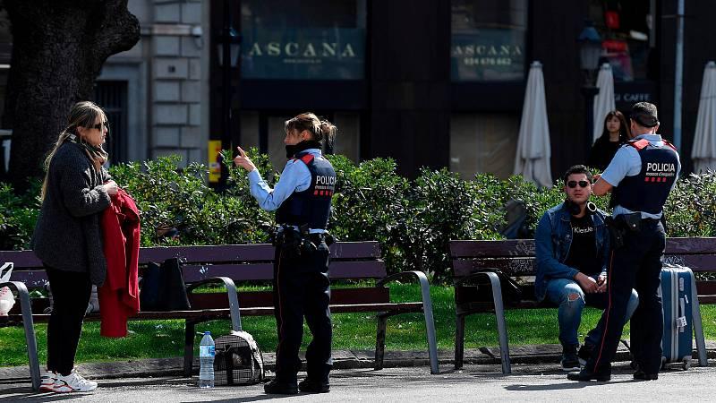 Los mossos se encargan en Badalona de que la gente que sale a la calle cumpla lo establecido en el estado de alarma
