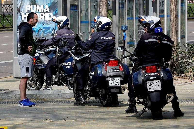 Cuerpos policiales patrullan las calles