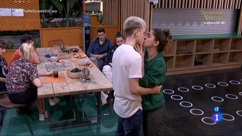 Los concursantes se besan en la Academia