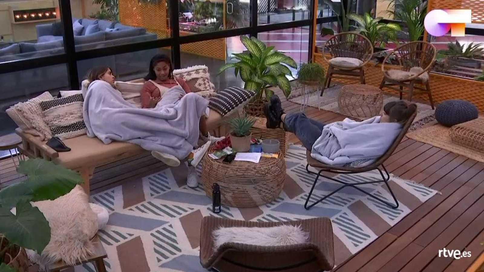 Anajú, Nia y Maialen conversando en la terraza tras saber que se suspende OT 2020