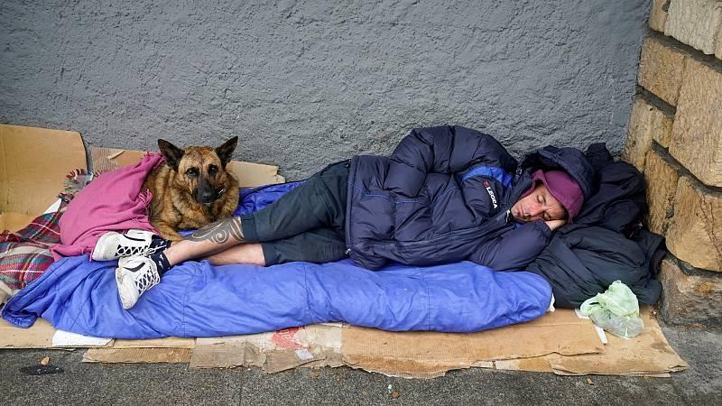 En Madrid, al Ayuntamiento de la ciudad empezará a acoger durante las próximas horas a personas sin hogar en el recinto ferial de Ifema. Es un recurso para que no estén expuestas en la calle. Podrán estar por la noche pero también por el día. Además,