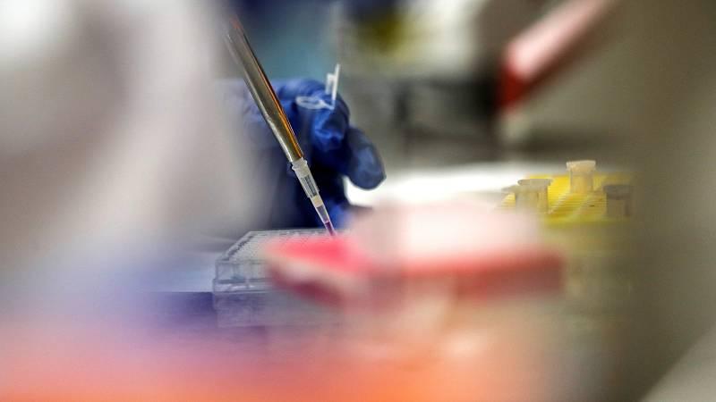 Aquí, en este laboratorio se ensaya un nuevo tratamiento para personas contagiadas por el virus. Es el hospital de La Paz-Carlos III, en Madrid, que se ha sumado a un experimento internacional.Se cree que va a funcionar por estudios que ya se han he