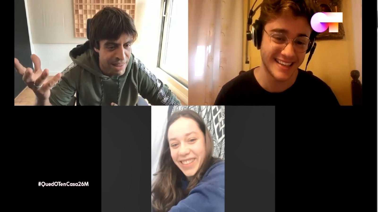 Gèrard y Eva charlan con Manu Guix a través de una videollamada