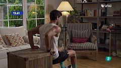 ¡Trabaja los tríceps con un mueble y una botella de agua!