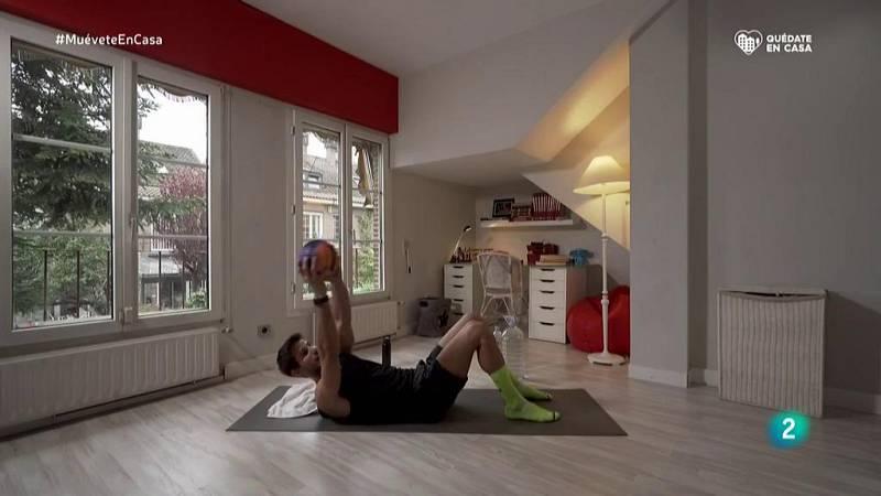 Muévete en casa - ¡Trabaja los abdominales con una pelota!