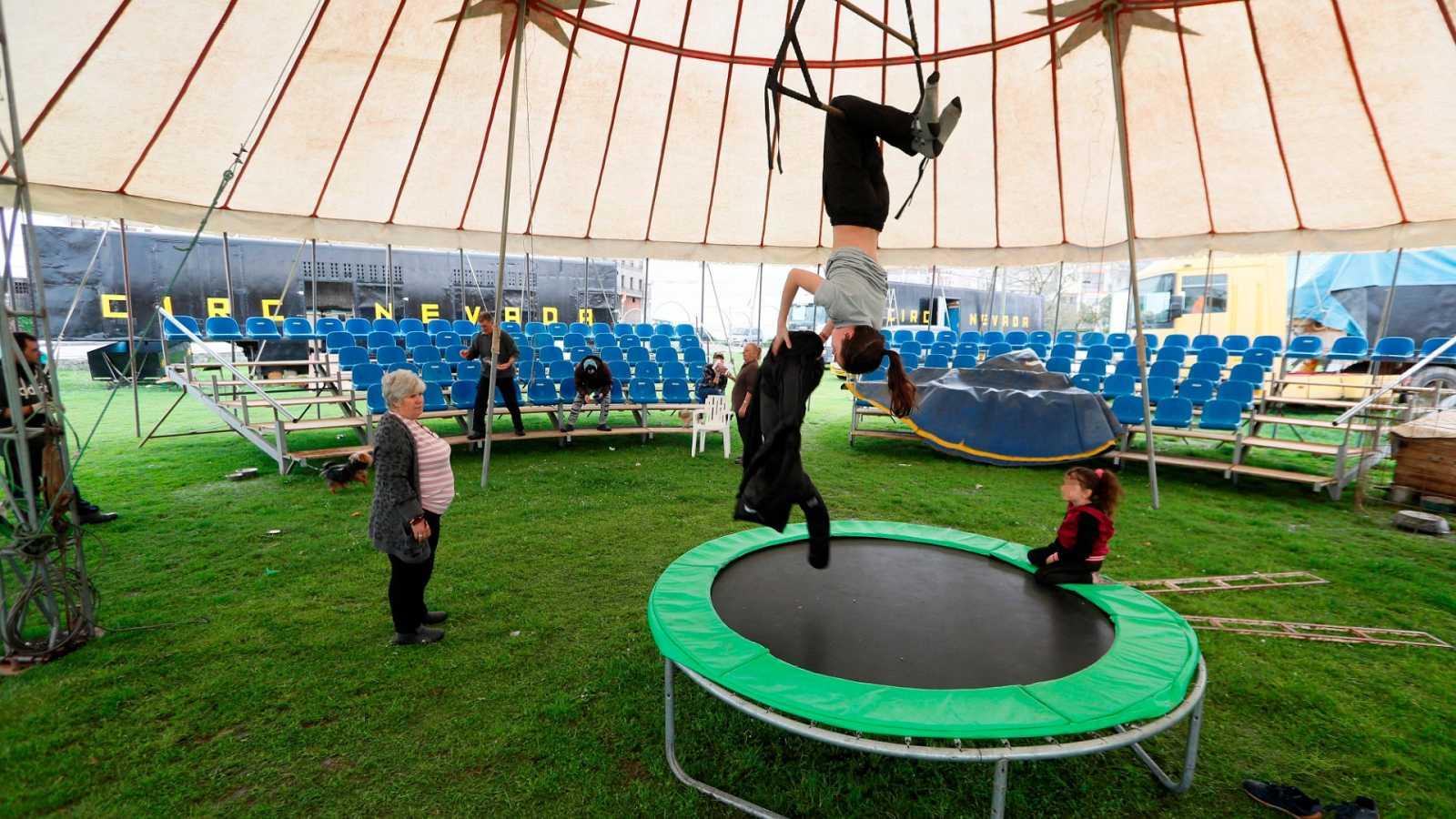 Varios miembros de un circo quedan confinados en sus caravanas por el estado de alerta