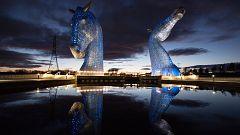 Cientos de edificios de todo el mundo se iluminan para homenajear los sanitarios y las víctimas del coronavirus