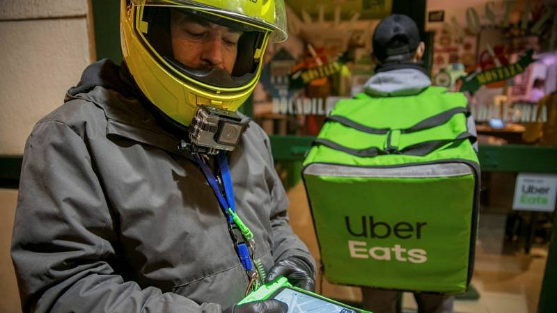 Los 'riders', trabajadores esenciales durante el estado de alarma en todo el mundo