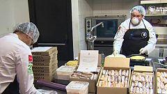 Algunos restaurantes preparan comida para los sanitarios y las personas sin hogar