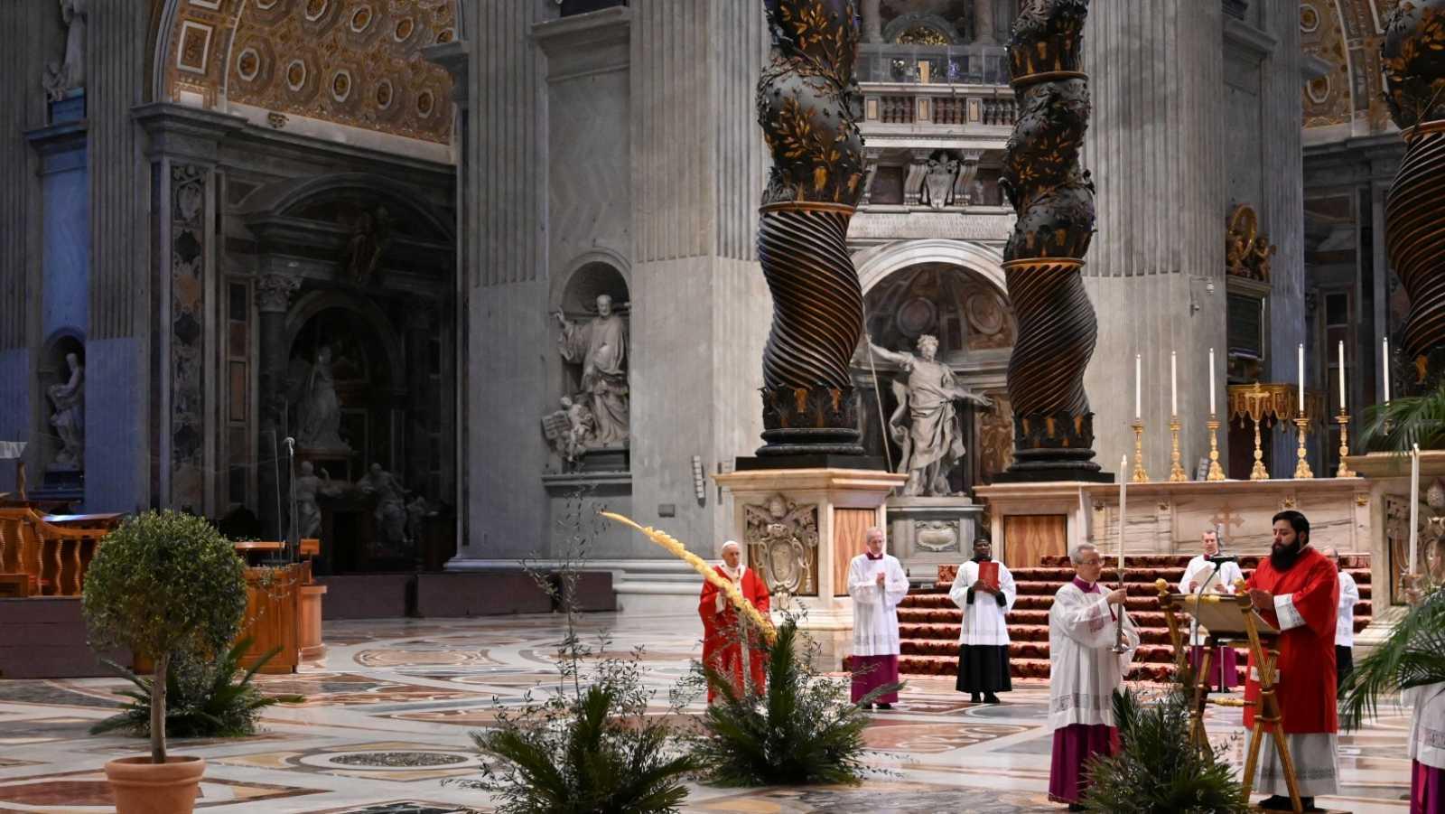 El papa celebra un atípico Domingo de Ramos sin fieles