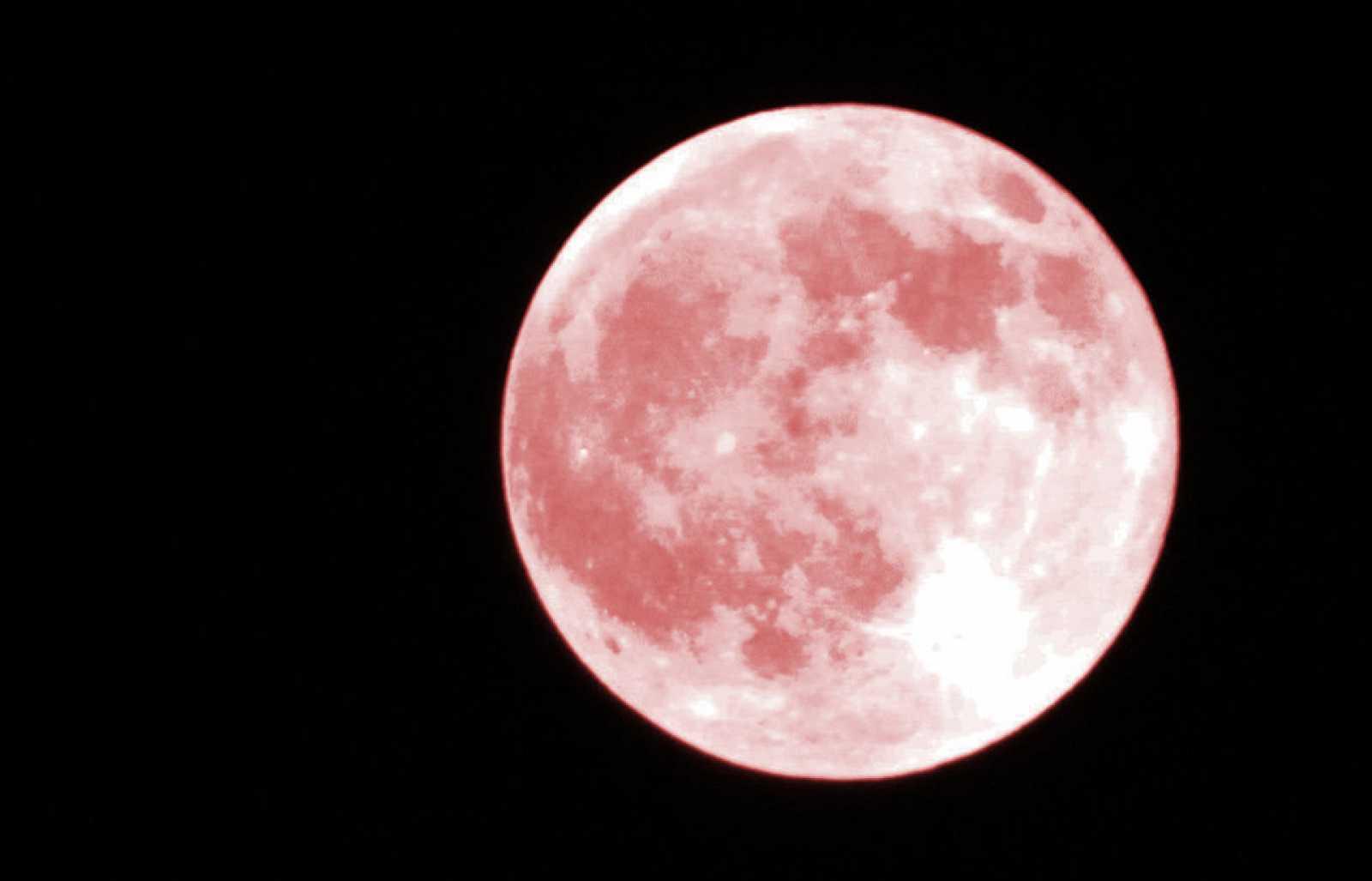 La superluna rosa de abril, la mayor luna llena del año, ha pillado a medio mundo confinado